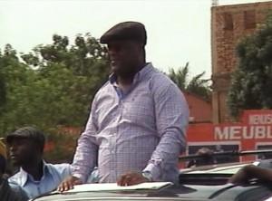 Félix Tshisekedi debout dans une jeep à son arrivée à Lubumbashi. Photo M3 DIider