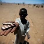 Un enfant montrant des minutions. Source: portail-eip.org