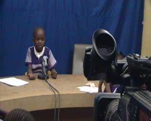 Un enfant au plateau de Kyondo Tv lors d'une visite des élèves en 2014. Photo M3 Didier