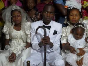 Etienne Tobu avec ses deux épouses le 23 mai dans l'Eglise primitive, Lubumbashi. Crédit photo: Etienne Tobu, Facebook.