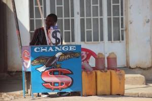 Un changeur de monnaie, vendeur d'essence dans une périphérie de Lubumbashi. Photo héritier Maila