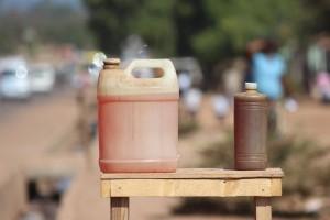 De l'essence en vente dans une périphérie de Lubumbashi. | Photo Héritier Maila/Auguy Kasongo