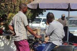 Un Kadhafi sert du carburant à son client. | Source: Héritier Maila/Auguy Kasongo