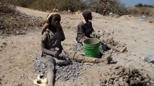 Des enfants en train de casser des pierres dans une carrière minière à Kipushi | Capture d'écran, le 15.07.2015