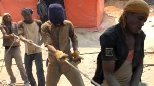 Des creuseurs tirent un sac de minerais d'un puits. Aût 2015 | Photo M3 Didier