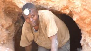 Un creuseur sortant du tunnel à Kasulo, Kolwezi. Août 2015. Photo Didier M. Makal