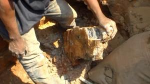 Un creuseur montre un un filon de cuivre qu'il vient de tirer de la terre. Auoût 2015 | Photo M3 Didier
