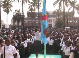 Les élèves du Lycée Tuendelee (Lubumbashi) saluent le drapeau avant le début des cours, le 7 septembre 2015. | Capture d'écran