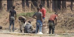 La rechercher de cuivre sous le rail à Kolwezi