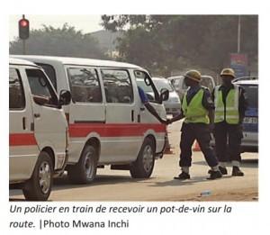 A Lubumbashi, le rapport, sur la route, signifiee donner de l'argent à un policier