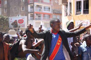 Un manifestant habillé en T-Shir estempié RDC
